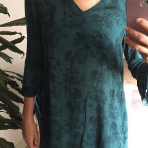 Smuk tunika/kjole fra H&M i grøn med sort mønster. Størrelsesmærket er klippet af, men fitter en XS-M