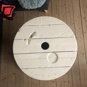 Kabeltromle bord på hjul  Mål:  Ca 60 cm i diameter  Ca 50 cm i højde   Skal hentes i Aalborg på 2 sal   Er sat til salg flere steder,