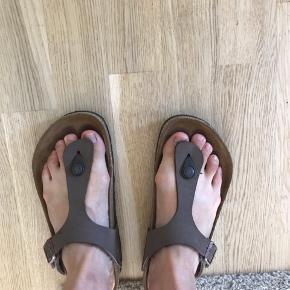 Skoen er i rigtig fin stand, men kan ses indeni at de er blevet brugt