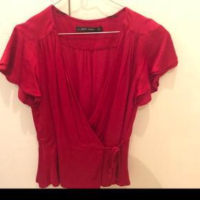 Rød bluse fra zara, købt sidste år.