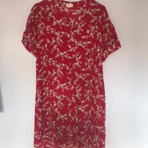 Super fin kjole/tunika fra H&M lavet i samarbejde med GB & J Baker.  Den er meget stor størrelsen.    Se også mine andre annoncer☺️