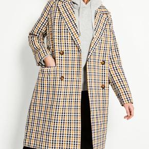 Jeg sælger denne virkelig flotte ternet lange jakke fra Envii 💛   Jakken er i super fin stand og har ingen tydelige  brugstegn   BYD gerne! 💛🧡
