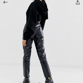 Leather look bukser fra Collusion i krokodille agtigt look. Super fede men kan desværre ikke passe dem. Aldrig brugt. Str. 36