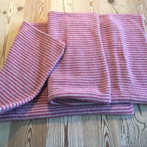 2 ubrugte flotte pudebetræk fra Aiayu i pink/grå stribet cashmere-strik. De måler 40x60 cm og er blot vasket i hånden ikke brugt. Bytter ikke (Nypris pr stk 1400 kr). Sælges samlet for 600 kr inkl porto. Se også mine andre annoncer!!!