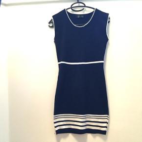 Ny fin kjole i mørkeblå og hvid. Aldrig brugt. Str 34/36  Se også mine andre annoncer, med gode priser på blandt andet tøj fra designers remix, Won Hundred og mbyM.