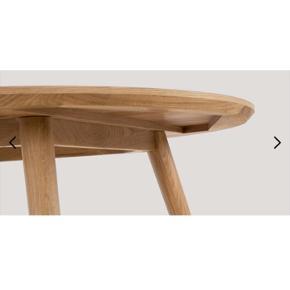 Spisebordet er 120cm bredt og 75cm højt. Let og elegant designet med smukke ben med afrundet fod samt en fin afrundet kant på bordpladen. Et alsidigt spisebord i egetræ med en top af finér fra Sofakompagniet. I flot stand. Nypris 2200kr