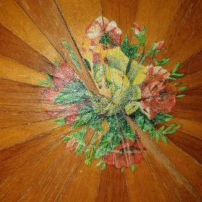 Gammel serveringsbakke måler 50x33 cm Sorte kanter og greb. Det er træ. Overfladen er beklædt med finer der er dekoreret og malet. Midterdekoration er slidt. Tror den engang har været vandskader men den er ikke skæv. Send mail eller mobilnr hvis du vil se flere billeder Pris er fastsat i forhold til standen. Spørg løs. Odense S