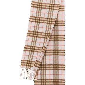 Sælger det her fine Burberry tørklæde. Fik det til min barnedåb og har brugt det en gang, i to timer 👍🏽 nypris er 2300kr og da det ikke er brugt, vil jeg gerne så tæt på nypris som muligt 🤗