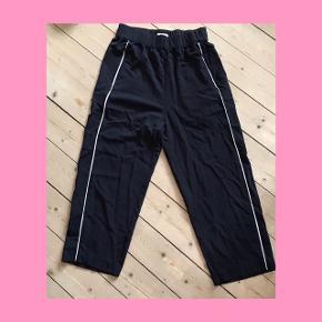 Løse joggingbukser fra weekday. Ret cropped, hvis man er højere end 165 cm. :)