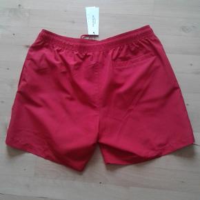 Lækre badeshorts fra Calvin Klein.  Ubrugt med tags.  Farve : Lipstick red.  Nypris = 500 kr.  PRISEN FORHANDLES IKKE.