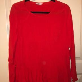 Fin langærmet rød/orange bluse fra envii Den passer som en normalt medium