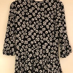 Flot sort & hvid blomster trop, med stræk, fra Boohoo (købt via ASOS). Kun brugt 2 gange. Lavet af; 95% polyester og 5% elastane