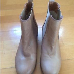 Varetype: støvler Farve: som foto Oprindelig købspris: 499 kr.  Superlækre fra SIXMIX kun brugt 2 gange