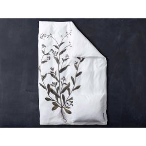Flora Danica Forglemmigej sengesæt i 100% bomuldssatin, 140 x 200 & 60 x 63 cm. Vasket cirka 5 gange.  Np: 700 Mp: 500