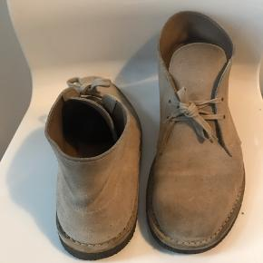 Pæne ruskindsstøvler fra Clarks. Brugt en del men er velholdt med ruskindsbørste. Sælges da jeg ikke får dem brugt længere. Skriv endelig med spørgsmål.   Se også mine andre annoncer.