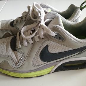 Super gode Nike sko, brugte og lidt beskidte, kan sagtens vaskes og bruges meget endnu!