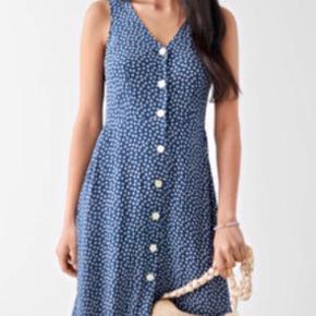 Smuk kjole fra &Other Stories, som kun er brugt en enkelt gang, da jeg desværre har købt den et nummer for lille. Vasket en enkelt gang i hånden med finvask men ellers helt som ny.   Kjolen er 100% viskose.