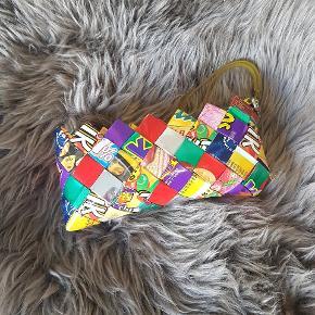 Lille candy wrap clutch Købt engang i Bahne for mange år siden.  Måler ca. B: 18,5 cm x H: 9,5 cm.  Sendes med DAO gennem Trendsales.