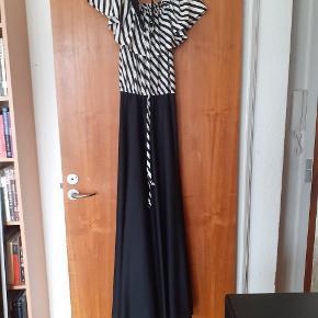 Vintage kjole fra 1970'erne. I rigtig fin stand, dog en mikro plet på kraven (1 mm)  100% polyester