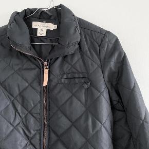 H&M overgangsjakke i sort lukkes med trykknapper   Størrelse: 38 ( lille i str og passer en 36 )   Pris: 95 kr   Fragt: 39 kr ( 37 kr ved TS handel )