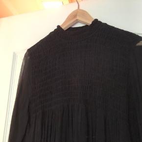 Fin Gry kjole med Smock foroven hele vejen rundt. Bytter ikke