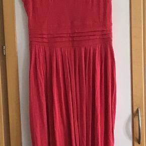 Skønneste bløde, lækre kjole. Ææ96 % modal, 4 % elasthane Måler fra ærmegab til ærmegab 45 cm uden stræk. Længden 112 cm. Vasket i hånden 2 gange, brugt få gange.