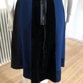 Ubeskrivelig smuk nederdel fra Marc Jacobs. Brugt lidt men fejler intet.  Talje: 70 cm.  Længde: 60 cm.  Byttes ikke.