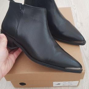 Super fine Birla støvler fra Shoebiz str 37.  Aldrig brugt.  Handler helst via MobilePay ellers betaler køber gebyret.