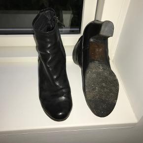 Sorte støvler med hæl (ca 7 cm målt midt på). Velholdte og pæne.