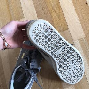 Lysegrå PUMA Suede sneaks sælges. Skoene er i yderst fin stand, og bærer ikke præg af slid. Perfekte her til sommer og efterår. Nypris var 650,- Køber betaler fragt, hvis varen skal sendes.