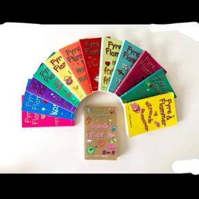 Sælges sammen.  Serien hedder Fyre & Flammer.  Sælger nr. 1-12 + Guide til dit liv.  Indbinding: Paperback.  Forfatter: Cathy Hopkins.  Sprog: Dansk.  Forlag: Gyldendal.  For flere billeder se i kommentar.  Se også mine andre annoncer ;)