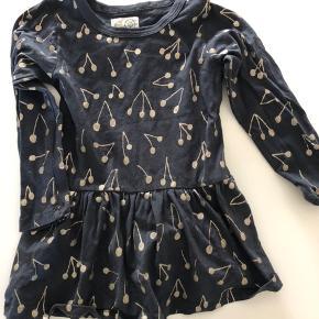 Sød mørkeblå kjole med guld kirsebær print, brugt 3-4 gange   Sender ikke ☺️