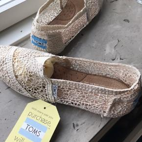 Råhvid. Fin blonde slippers. Indvendig mål ca 23 cm. Aldrig brugt.