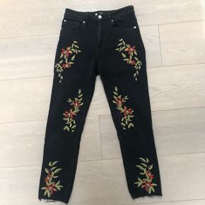 Jeans fra hm med blomstret mønster, str. 36, aldrig brugt, nypris 400kr. Bytter ikke og sender kun på købers regning 😊