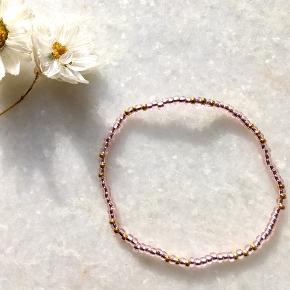 Fine perlearmbånd af eget design 🍁🌤🌈 Forskellige colorways: lyserød, blå, grøn, hvid eller måske en anden farve, du ønsker.   Mængderabat kan sagtens forhandles, så tjek også mine andre annoncer ud 🐚  ✏️📐 Måler 16 cm, men kan sagtens laves, så de passer til dit håndled. Farverne kan også tilpasses efter din smag. Perlesnoren er elastisk, men stærk og god kvalitet.