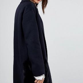 Super smuk jakke fra Mango i Navy str. medium. Kun brugt få gange. Mange cool deltager. Faux fur lommer som kan knappes af.  Bytter ikke.