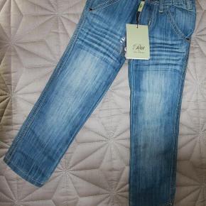 Varetype: Nye jeans Farve: Lyseblå  Petit by Sofie Schnoor nye jeans size 98   Sprit-nye med tags  kr. 75 pp  Kommer fra røg-, parfume- og kæledyrsfrit hjem.   Se også min andre lækkerier ;-)  Jeg bytter desværre ikke. Men jeg arbejder i Søborg ved Gladsaxe Trafikplads og kan mødes og handle på hverdage i dagstimerne.