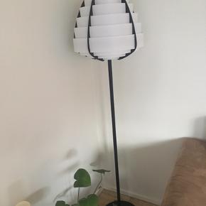 Utrolig fin Ettan standerlampe i original emballage. Ikke været åbnet. Skal samles. Skærm er hvid, stander er sort. Sælges langt under original pris.