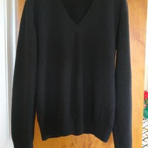 Varetype: mand trøje Farve: Sort  Dejlig pullover i 100% ekstra fin lammeuld. Blød og varm og i fin stand. Mål armhule til armhule Ca. 57 cm. Fra skulder til enden af ærmet Ca. 70 cm fra skuldersyningen til skuldersyningen Ca. 47 cm  Mp. 220kr