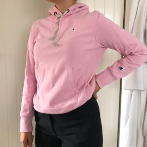 Lyserød hoodie fra Champion. Købt i Samsoe & Samsoe og brugt få gange - derfor i rigtig god stand.   Nypris var 750kr