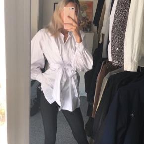 Sælger denne flotte hvide skjorte  Størrelse 34 Brugt cirka 5 gange, så fremstår som ny  Der er ingen pletter ☀️