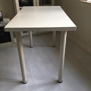 Pænt og enkelt skrivebord fra IKEA. 60x100. Kan afhentes i Skælskør eller mødes og handle i Slagelse. Mindstepris 120 kr. Bytter ikke.