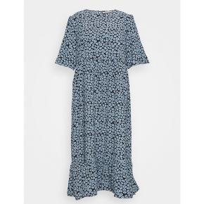 Så smuk hellang kjole i det lækreste stof lige til de varme dage. Jeg har kun haft den på 1 gang. Den er hel lang til mig og jeg er 169 cm. God rummelig i str.
