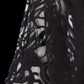 Den smukkeste bluse med ballon effekt og blonder, aldrig brugt, mærker er dog taget af