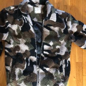 Flot armygrøn jakke i fleece fra Minimum str. S sælges.   Har også jeans bl. fra Weekday og Superdry til salg.  Tag: Minimum Str. S Jakke Armygrøn