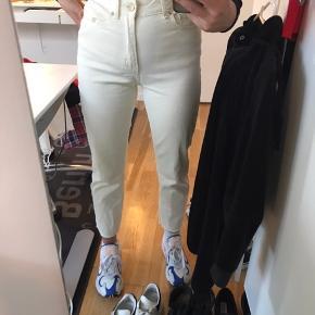 Sælger disse bukser fra Only i en str 26/32, de er brugt 1 gang. Nypris er 299 så bare Byd