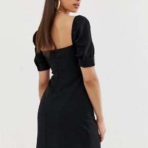 Fineste kjole fra ASOS, aldrig brugt🌸  OBS, mangler en knap i det ene ærme, men da der er 2 knapper lige over hinanden er det hverken noget man ser eller ligger mærke til når den er på.
