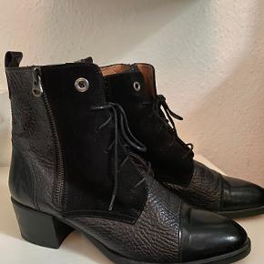 Sort kort støvle i str 38, hæl højde 5 cm, aldrig brugt. Ny pris 1100