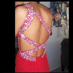 Smukkeste rød gallakjole med diamanter på. Er blevet brugt én gang og fejler intet! Vil mene den også passer ind som en S.  Ny pris var 1700kr   Tjek mine andre annoncer ud! Sælger kjole/ sommerkjole, bla stramme kjoler, designmærker fra Gucci og Fendi, ægte smykker, bla fra Camille Brinch, ur, blå fede jeans, top og nederdel mv.... Giver mængderabat🌸🌸