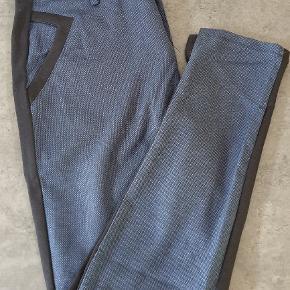 Lækre bløde bukser fra Pulz. Brugt få gange, er som nye. De er 2 farvede, blå foran og sorte bagpå. Vildt behagelige bukser, såååå bløde 😍 men jeg har for mange bukser, så de ligger bare og venter på at blive brugt..  Passer str 36/38